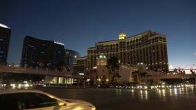 Угол улицы на прокладке в вечере - США 2017 гостиницы и Лас-Вегас Bellagio акции видеоматериалы