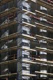 Угол бетонного здания под конструкцией с лесами Стоковые Изображения RF