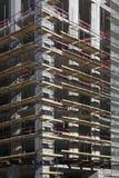 Угол бетонного здания под конструкцией с лесами Стоковое Изображение
