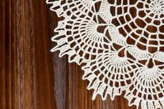 Угол винтажного doily цвета слоновой кости вязания крючком Стоковое Фото