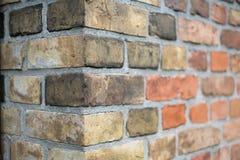 Угол винтажной кирпичной стены, каменный край кирпичной стены стоковое фото