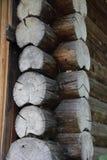 Угол зазубрины седловины бревенчатой хижины Стоковое Изображение RF