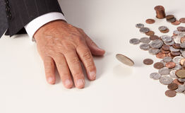 Угол монетки плоский метать руки человека закручивая Стоковые Изображения