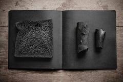 Уголь обваливает хлебец в сухарях на деревянной предпосылке Стоковое фото RF