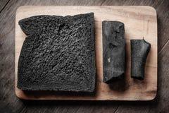 Уголь обваливает хлебец в сухарях на деревянной предпосылке Стоковая Фотография RF