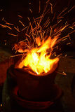 Уголь огня горящий в плите. Стоковое Изображение RF