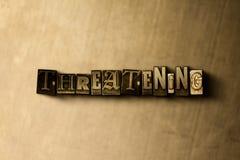УГРОЖАТЬ - конец-вверх grungy года сбора винограда typeset слово на фоне металла иллюстрация вектора