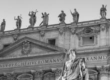 Угрожая скульптура St Paul на входе базилики ` s St Peter, государство Ватикан, Рим, Италия Стоковое фото RF
