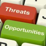 Угрозы и ключи компьютера возможностей показывая деловые риски o стоковое изображение rf
