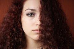 Угрюмая девушка с естественным вьющиеся волосы Стоковые Изображения RF