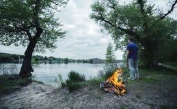 Угли леса человека и костра весной огня Стоковое Изображение