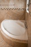 Угловая ванна в ванной комнате плиток Стоковое Фото