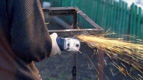 Угловая машина искрится старый металл сток-видео