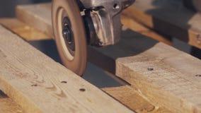 Угловая машина протерла против стороны деревянной планки производящ серии опилк сток-видео