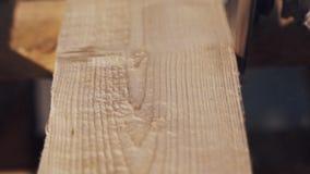 Угловая машина сползая против стороны деревянной планки производящ серии опилк акции видеоматериалы