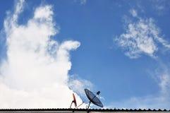 угловойой спутник тарелок установленный домом Стоковая Фотография RF