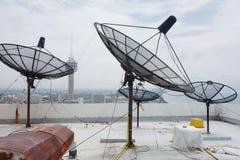 угловойой спутник тарелок установленный домом Стоковое фото RF