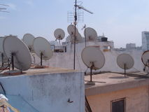 угловойой спутник тарелок установленный домом Стоковое Изображение