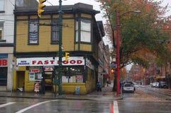 Угловой магазин на улице Hasting в падении Стоковое Фото