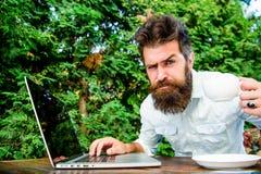 Удаленная работа Независимое профессиональное занятие Ракета -носитель кофеина для урожайности Онлайн блог Редактор блоггера неза стоковое изображение