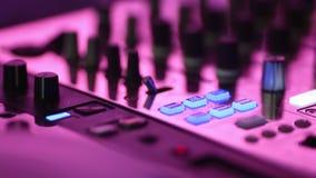 Удаленный конец-вверх DJ Рука ` s Turntables, кнопок и людей сток-видео