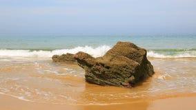 Удаленный скалистый пляж в Бретань - замедленном движении сток-видео
