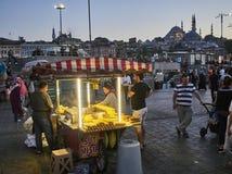 Удары мозоли глохнут в улице мечети Стамбула, Турции, и Suleymaniye Camii на заднем плане стоковое изображение rf