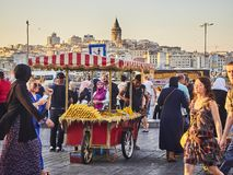 Удары мозоли глохнут в улице Стамбула, Турции, и башни Galata на заднем плане стоковые изображения rf