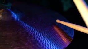 Удары Drumsticks на цимбалах аварии близко вверх Взгляд со стороны, неоновый пинк и голубой красочный свет движение медленное нот акции видеоматериалы