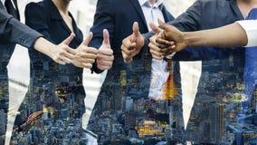 Ударьтесь вверх по руке от группы в составе бизнесмены с верхним слоем Стоковое фото RF