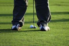 Удар, загоняющий мяч в лунку на поле для гольфа Стоковые Фото