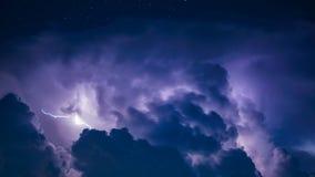 Удар молнии в темных облаках шторма Стоковые Фотографии RF