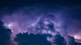 Удар молнии в темных облаках шторма Стоковое Изображение RF