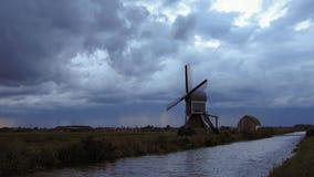 Удар молнии над голландским ландшафтом с ветрянкой сток-видео