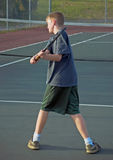удар слева играя предназначенный для подростков теннис Стоковое Изображение RF