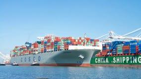УДАЧА грузового корабля COSCO уходя порт Окленд Стоковые Фотографии RF