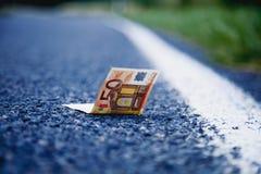 Удача найти деньги как символ выгоды Банкноты евро дальше стоковые фото