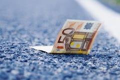 Удача найти деньги как символ выгоды Банкноты евро дальше стоковое фото rf