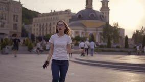 Удачливая маленькая девочка смотрит телефон и видит хорошие новости сообщения по телефону Женщина радуется и смеется, скачки 4K сток-видео