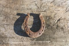 Удачливая старая подкова на деревянной старой деревенской предпосылке стоковое изображение rf