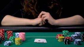 Удачливый игрок дамы показывая руку, тузы спаривает комбинацию, конкуренцию покера, казино стоковое изображение