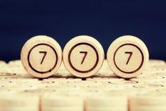 Удачливый 777 на деревянном lotto бочонка Черная предпосылка clos Стоковая Фотография RF