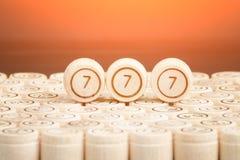 Удачливый 777 на деревянном lotto бочонка Черная предпосылка clos Стоковые Фото
