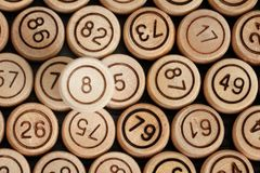 Удачливый 8 на предпосылке деревянного lotto бочонка конец вверх Стоковые Фото