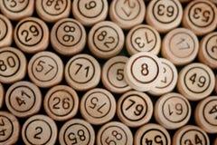 Удачливый 8 на предпосылке деревянного lotto бочонка конец вверх Стоковые Изображения RF