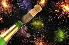 Удачливый талисман шарма с confetti, пробочкой, бутылкой шампанского счастливое Новый Год Новый Год кануна стоковое фото rf