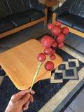 Удержание красного украшения рождества в гостиной стоковое изображение rf