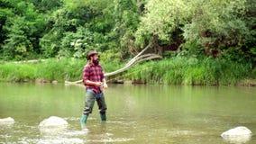 Удержание озерной форели Все еще рыбная ловля форели воды Радужная форель Steelhead Рыбная ловля стала популярной рекреационной д видеоматериал