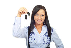 удерживание автомобиля пользуется ключом детеныши женщины стоковые фотографии rf