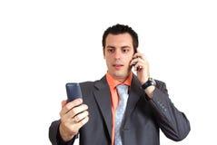 удерживание бизнесмена знонит по телефону 2 детенышам Стоковые Фото